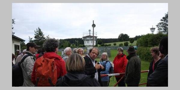 Wachtürme und Mauerreste erinnern an die deutsch-deutsche Grenze.