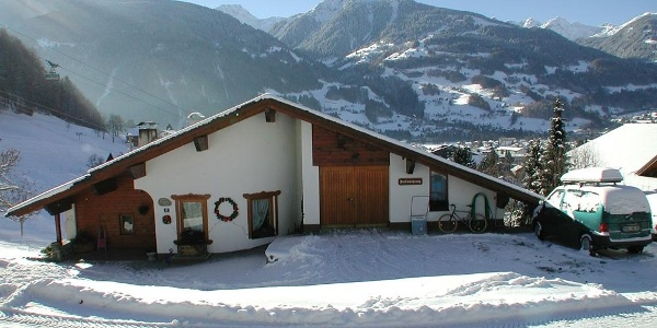 Haus_mit_Zufahrt_und_Parkplatz