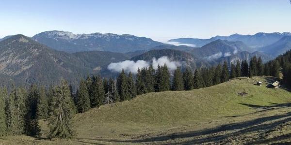 Panoramablick vom Grammersberg über die Grammersbergalm zur Benediktenwand