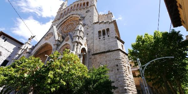 Die Pfarrkirche Sant Bartomeu an der Plaça de Constituciò.