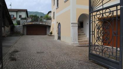 Il piazzale del Municipio sotto il quale era stato ricavato il rifugio segreto