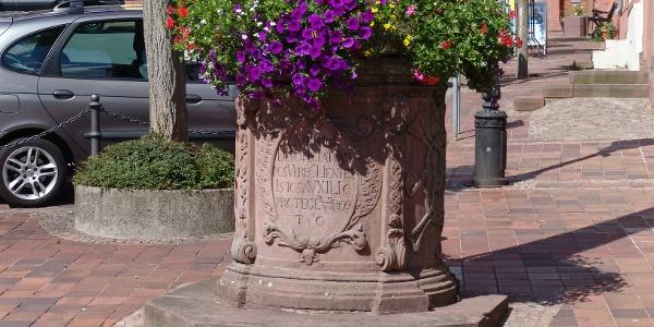 Inschrift der Mariensäule - Platz am Bild in Buchen (Odenwald)