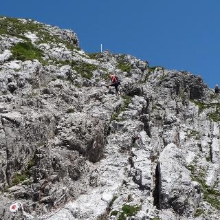 Der Anstieg auf die Kuhlochspitze vom Sattel ist kurz aber ausgesetzt.