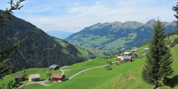 Blick auf die Maruler Parzelle Ahorn und das vordere Große Walsertal mit dem Walser Kamm im Hintergrund