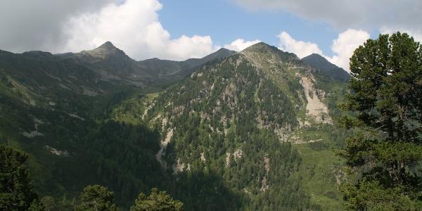 Blick vom Eisköfele (2100 m) auf Lorenzi Sp., Plankenhorn und Schrotthorn (v.l.).