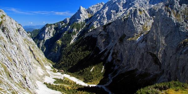 Blick ins Höllental und auf die Höllentalangerhütte von der Riffelscharte aus.