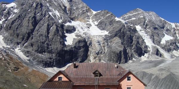 Die Schaubachhütte mit Königspitze und Monte Zebru.