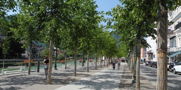 Auf der neu gestalteten Esplanade wird das Zentrum von Bad Ischl verlassen.