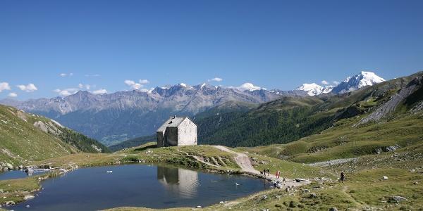 Die Alte Pforzheimer Hütte mit dem Pforzheimer See.