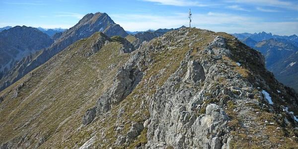 Bergtour Kreuzspitze - Gipfel mit Hochplatte im Hintergrund