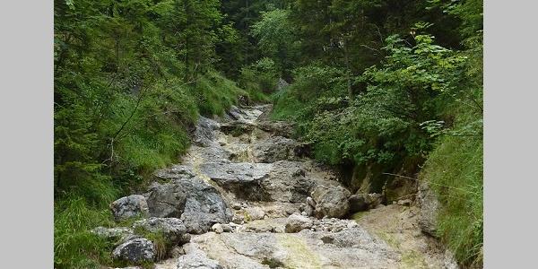 Das Wasser hinterlässt schöne Becken und Rinnen im Kalk