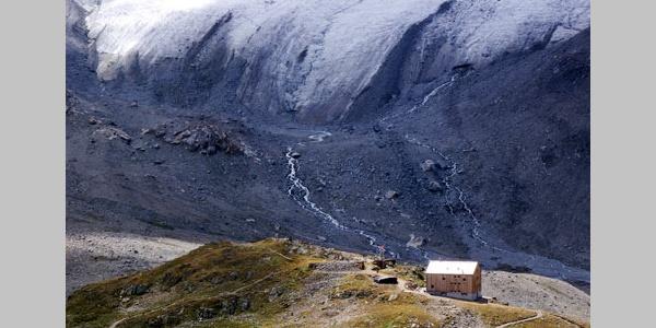 Die Kesch-Hütte des SAC, im Hintergrund der Porchabella-Gletscher.