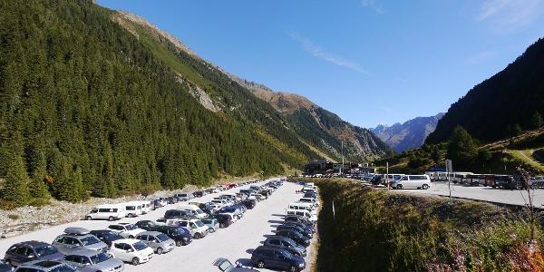 Parkplatz Talstation der Stubaier Bergbahnen.