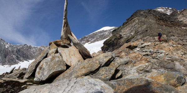 Rechts Aufstieg über den Bergrücken im Hintergrund westl. Simonyspitze