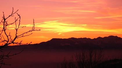 """Sonnenuntergang über der Hochebene der """"Sieben Gemeinden"""", zu denen auch Roana zählt."""