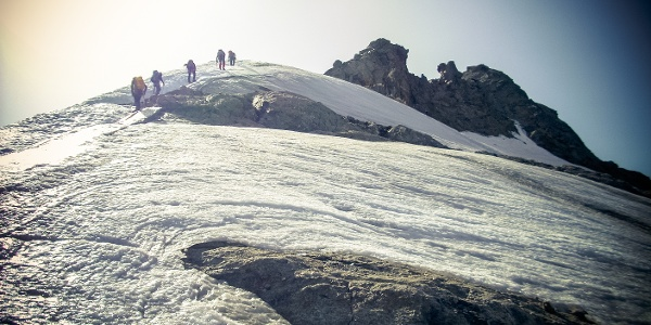 Blankeis am Grat vor dem Gipfelmassiv