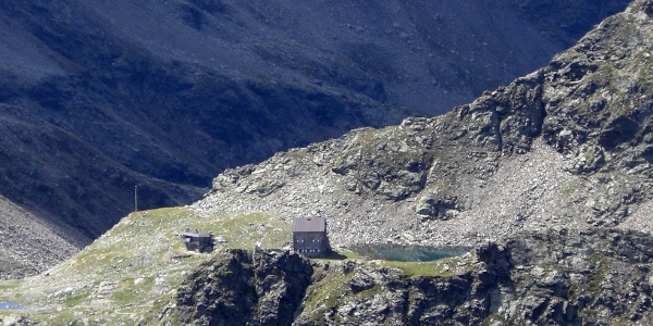 Einsam und idyllisch gelegen - die Flaggerscharten-Hütte und See