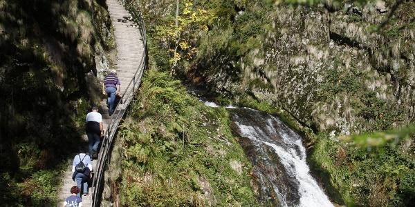 Aufstieg an den Wasserfällen