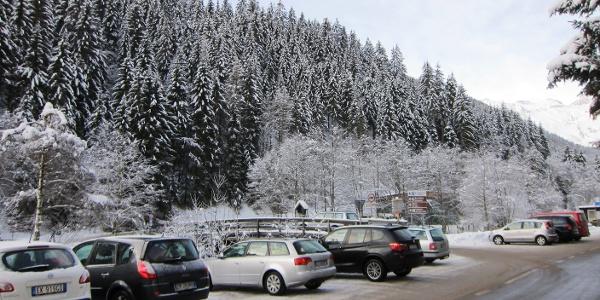 Parkplatz 1 vor und Parkplatz 2 hinter der Brücke in St. Anton im Pflersch (gebührenfrei).
