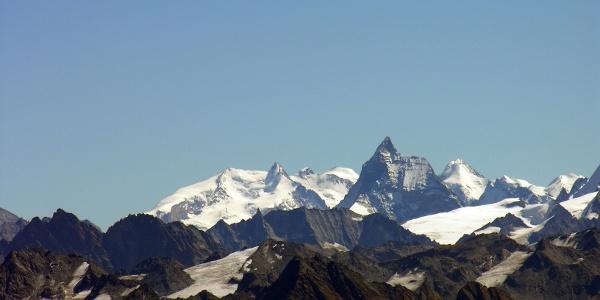 Blick vom Gipfel nach Osten zu Matterhorn und Monte Rosa