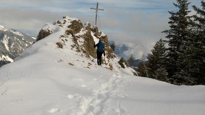 Steiniger Gipfel mit Gipfelkreuz
