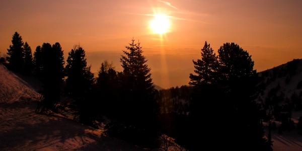 Sonnenaufgang beim Aufstieg, rechts unten der Scheibelsee