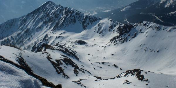 Ausblick vom Gr. Bösenstein, links sieht man den abgeblasenen Einstieg (Einsattelung) zur Roten Rinne