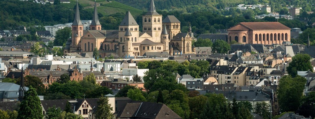 Vue du chemin à flanc de falaise donnant sur la vieille ville de Trèves avec la cathédrale et la basilique