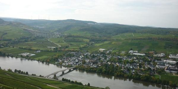 Blick vom Mehringer Berg auf Longuich mit Moselbrücke. Im Hintegrund die Autobahnbrücke über das Fellerbachtal.