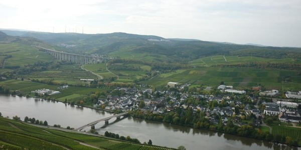 View from Mehring Hill over to Longuich with the Moselle Bridge. In the background you can see the motorway bridge over the Fellerbach Valley.