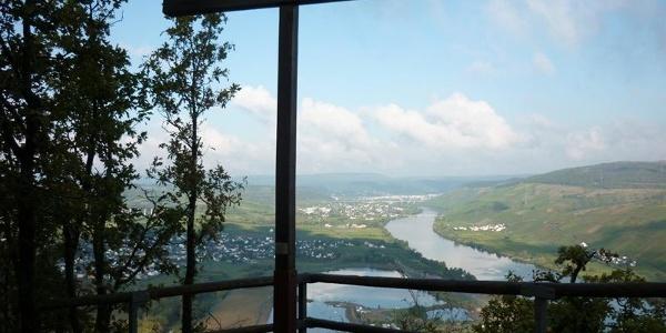 Topkruis op de Kumer Knüppchen: uitzicht op Riol met de recreatiemeren, Longuich en Schweich
