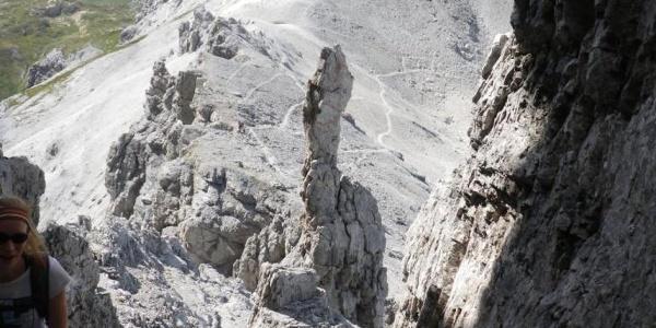 Aufstieg Mosermandl durch den Kamin, im Hitnergrund die Wildkarhöhe, das Rothorn und ganz rechts der Faulkogel