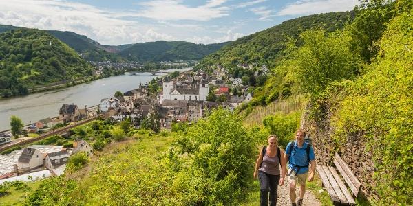Beklimming via een steil leisteenpad: uitzicht op Treis-Karden met St. Kastor