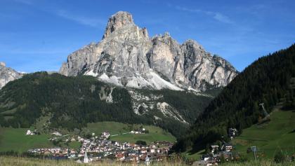 Das Dorf Kolfusch mit dem Sassongher