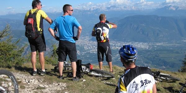 Blick vom Gantkofel über Bozen in die Dolomiten