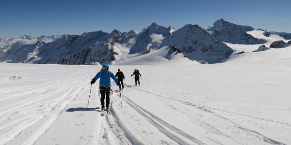 Auf ca. 3100 m erreichen wir den weitläufigen Gletscherboden des Berglasferners. Hinten der Vordere Wilde Turm (33177 m) rechts die Turmscharte. Dahinter links die Östliche Seespitze, rechts die Ruderhofspitze (3473 m).