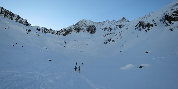 Am Beginn der Tour - der Aufstieg ins Stiergschwez. Vorne der langgezogene Gschwezgrat mit der Oberisserscharte, hinten die Uelesgratspitze und die Östliche Knotenspitze.