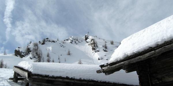 Unterhalb der Ultenspitze geht es vorbei und man erreicht ein paar kleine Hütten.