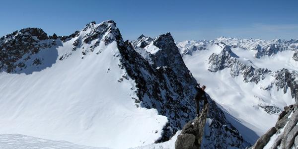 Der Gipfelgrat ist luftig, aber nicht allzu schwierig (max. UIAA I).