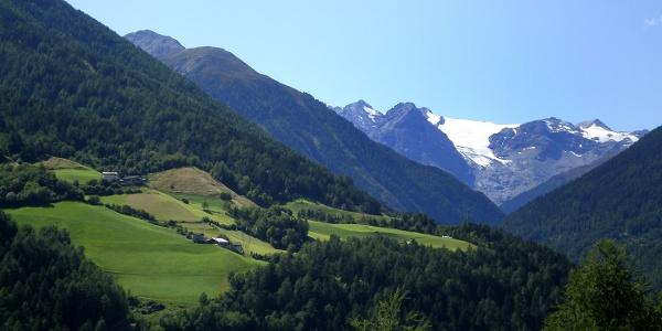 Typische Bergbauernhöfe  entlang dem Weg