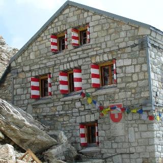 Arrivée à la cabane du Rothorn CAS (3'198 m)